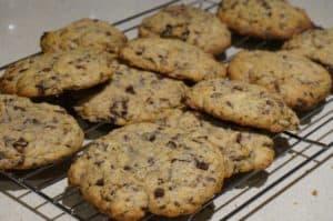 Ciasteczka-z-czekoladą-na-blaszce-symbolizujace-pliki-cookies