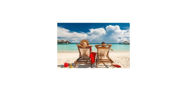 Para na piaszczystej plaży
